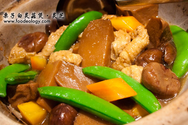 Braised-Bai-Ling-Mushrooms-with-Chestnuts-served-in-Casserole_Ling-Zhi