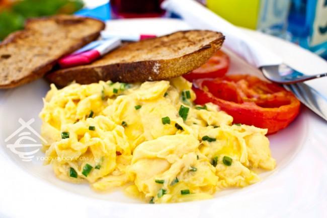 Cheesy-Scrambled-Eggs_Toast-Bistro
