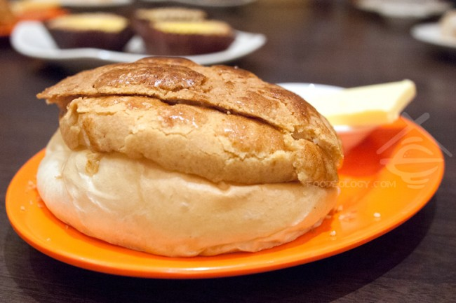 Custard-Crust-Bun-with-Butter_Legendary-Hong-Kong
